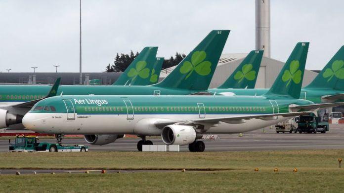 Los aviones de pasajeros de Aer Lingus se sientan en la plataforma del aeropuerto de Dublín en Irlanda