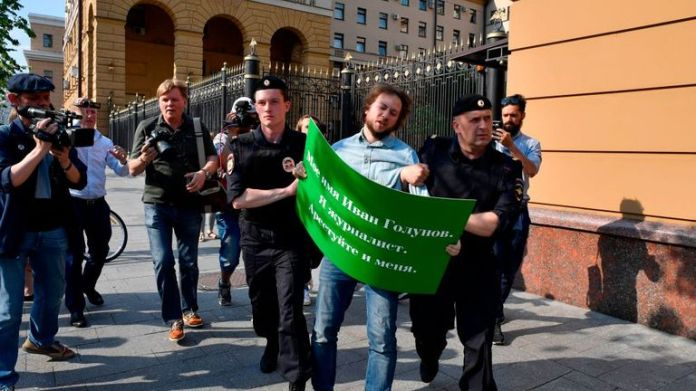 The police arrested a demonstrator who showed support for Golunov in Moscow