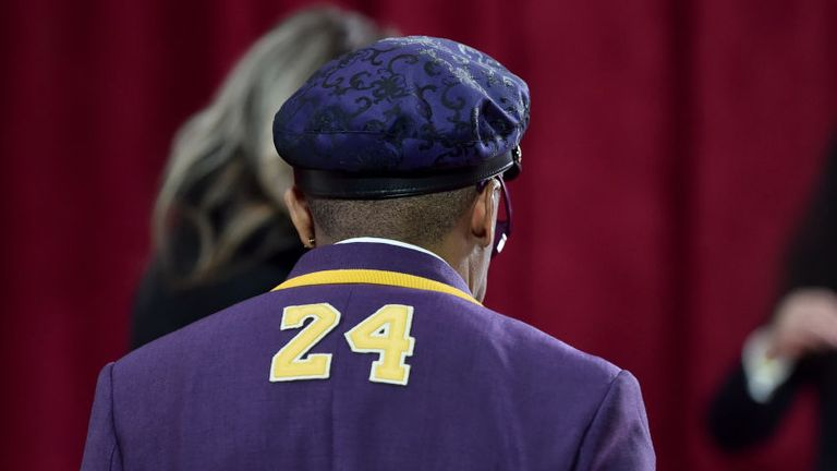 Spike Lee paid tribute to the late Kobe Bryant with his Oscars suit