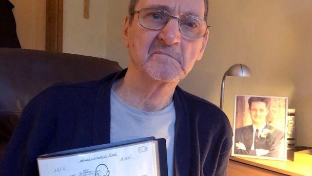 ٹیری لوبک کے ہیری سیچی کی غیر اعلانیہ ہینڈ آؤٹ فوٹو بشکریہ ، سٹیورٹ لبباک کے والد (پس منظر کی تصویر میں) ، جو کہ مائیکل بیریمرو کے سوئمنگ پول میں مردہ پائے گئے تھے ، جب کہ وہ اپنے بیٹے کے زخموں کا خاکہ رکھتے تھے ، اپنے بیٹے کی موت کے بارے میں ایک نئی چینل 4 کی دستاویزی فلم سے پہلے۔