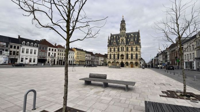 The town hall square of Oudenaarde is empty
