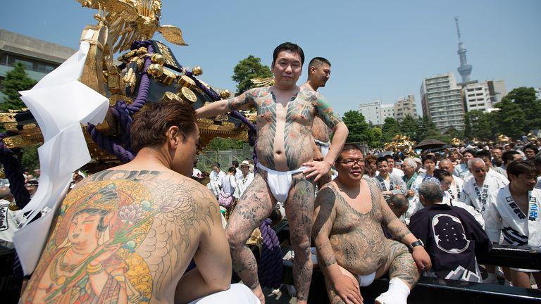 在2012年東京的一個節日上看到重紋身的高橋龜幫成員