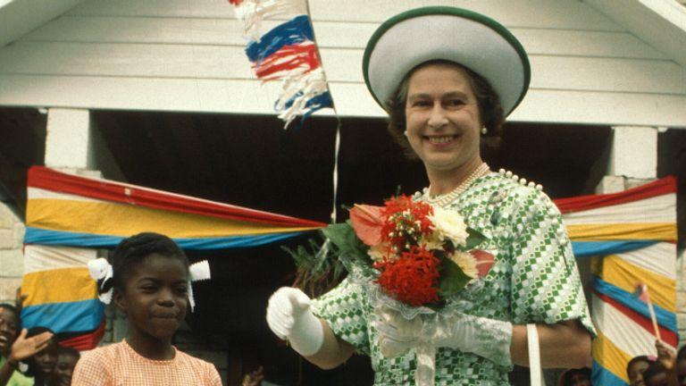 БАРБАДОС - 01 НОЯБРЯ: Королева Елизавета ll улыбается с молодой девушкой в Барбадосе 1 ноября 1977 года в Барбадосе.  (Фото Анвара Хусейна / Getty Images)