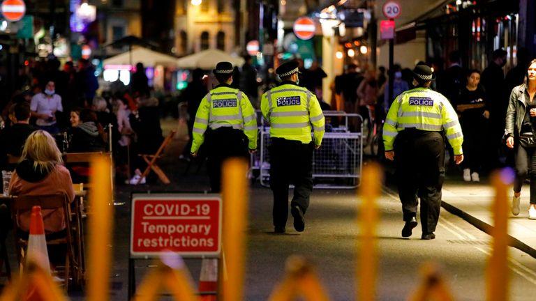Полицейский патруль в Сохо, в центре Лондона, 24 сентября 2020 года, в первый день нового более раннего времени закрытия пабов и баров в Англии и Уэльсе,