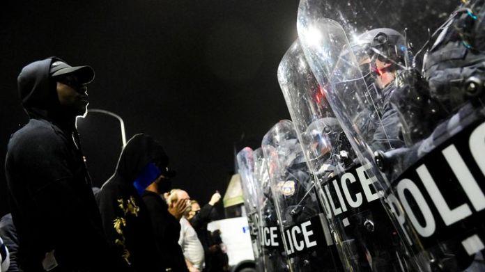 Des manifestants affrontent la police lors de la deuxième nuit de manifestations