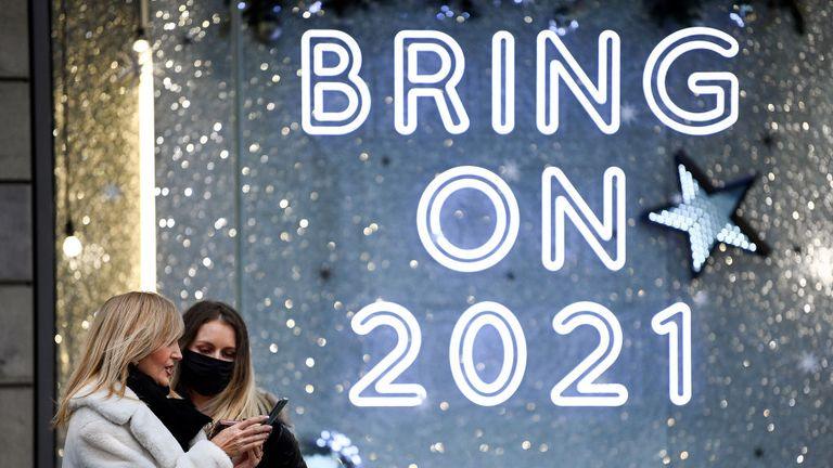 ЭДИНБУРГ - 11 ноября: Представители общественности проходят мимо витрины в Harvey Nichols 11 ноября 2020 года в Эдинбурге, Шотландия.  Ритейлеры предупредили о катастрофе рождественской торговли в сфере розничной торговли и гостеприимства из-за ограничений, связанных с коронавирусом, которые ставят под угрозу сотни рабочих мест.  (Фото Джеффа Митчелла / Getty Images)