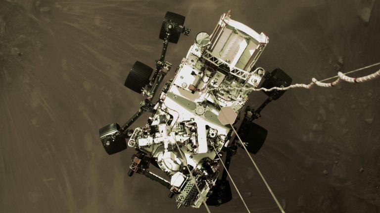 Марсоход НАСА Perseverance спускается, чтобы приземлиться на Марсе, на неподвижном изображении с видеокамеры на спускаемой ступени, сделанном 18 февраля 2021 года. NASA / JPL-Caltech / Handout via Reuters