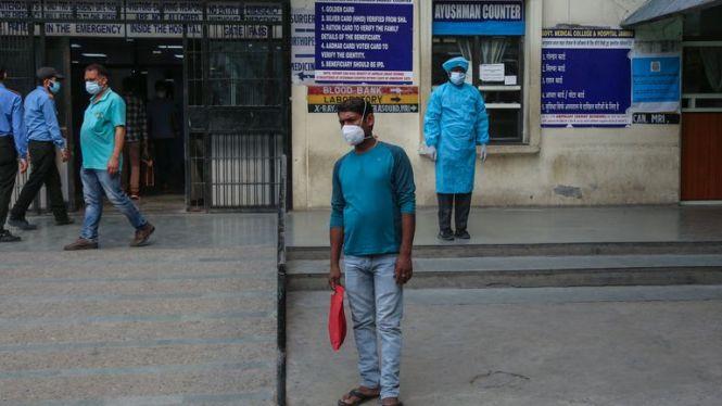 Hindistan'da hastaneler virüsle baş etmek için mücadele ediyor