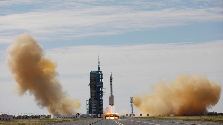 The Long March-2F Y12 rocket with the Shenzhou-12 spacecraft and three astronauts launches from the Jiuquan Satellite Launch Center for China's first manned mission to build its space station near Jiuquan, Gansu Province, China, 17. REUTERS / Carlos Garcia Rawlins