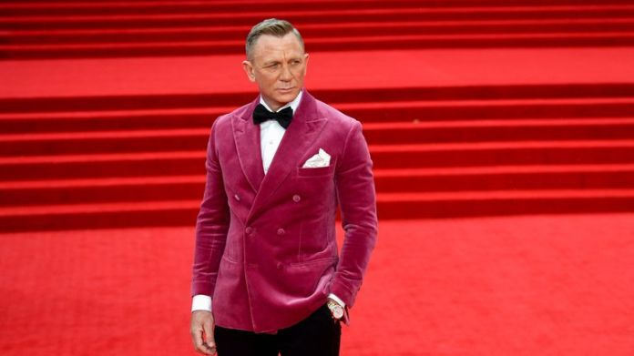 """Cast member Daniel Craig poses during the world premiere of the new James Bond film """"No Time To Die"""" at the Royal Albert Hall in London, Britain, September 28, 2021. REUTERS/Toby Melville"""