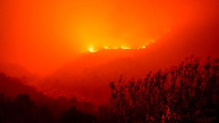 Flames from the KNP Complex Fire burn a hillside above the Kaweah River in Sequoia National Park. Pic: AP