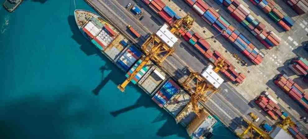 Bearingpoint Hero Supply Chain [shutterstock: 1094326709, Travel mania]