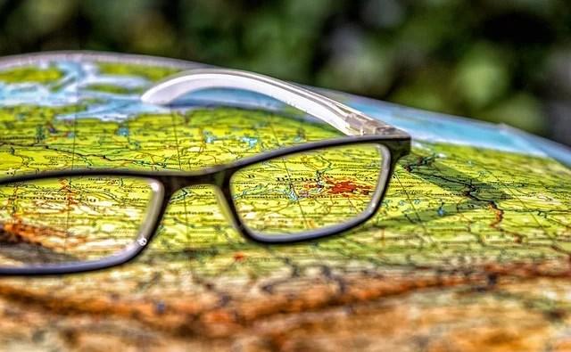 Landkarte mit Brille