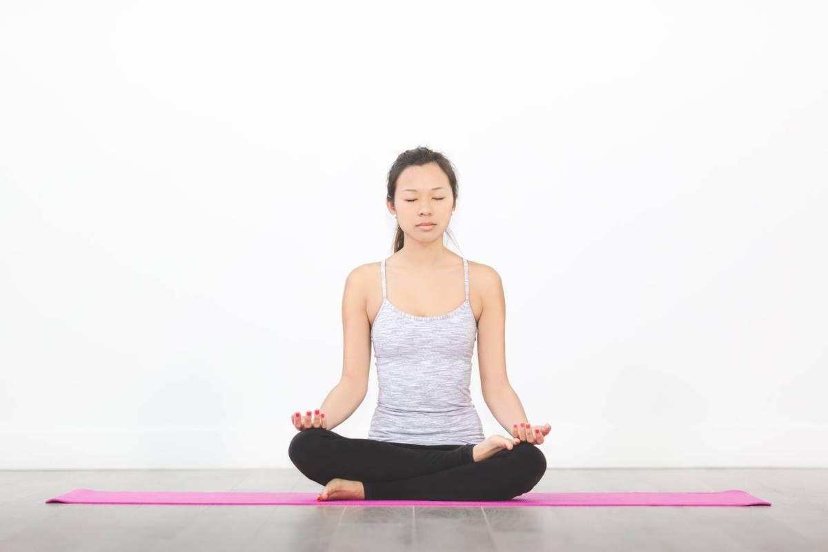 Meditación en esterilla de yoga