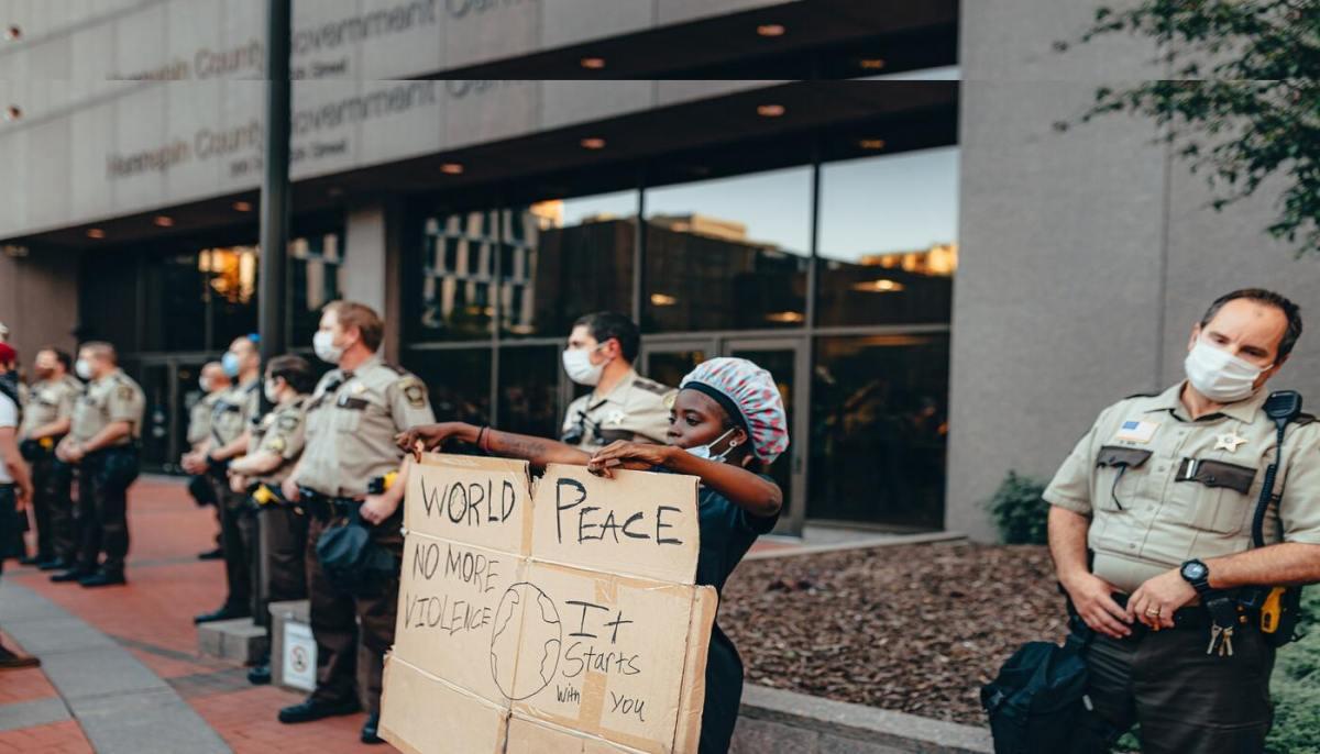 Mujeres negras protestando rodeadas de policías blancos