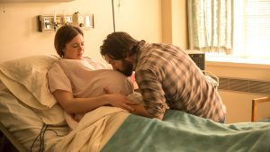 Jack (Milo Ventimiglia) cares for his wife, Rebecca (Mandy Moore), as she goes into labor