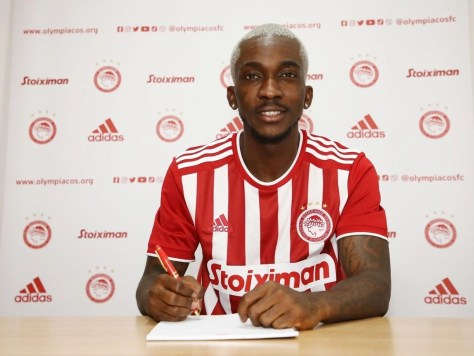 Henry Onyekuru signs his contract with Olympiacos
