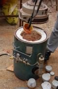 Sacando un pieza incandescente del horno [Fotografía: José Antonio Cayuela Rodríguez]