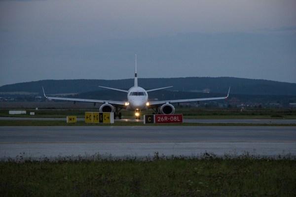 Самолет «ИрАэро» с российскими туристами, застрявшими в ...