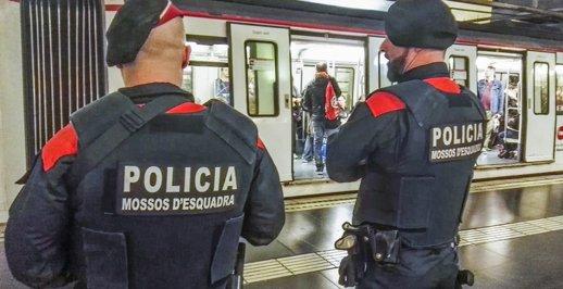 Dos mossos d'esquadra vigilant a les andanes del metro de Barcelona