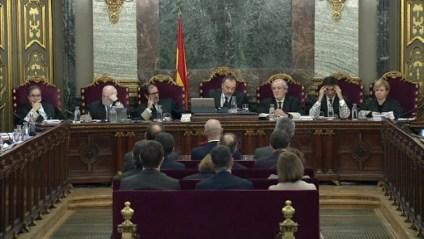 Judici del procés al Tribunal Suprem amb membres del tribunal de cara i encausats d'esquena
