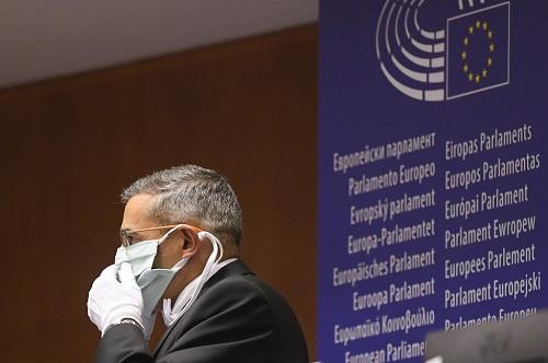 Un empleat del Parlament Europeu amb mascareta.