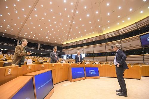 David Sassoli, President del Parlament Europeu, amb alguns europarlamentaris a la seu del Parlament, mantenint la distància de seguretat.