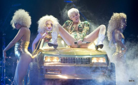 Miley-Cyrus-Bangerz-Tour-12
