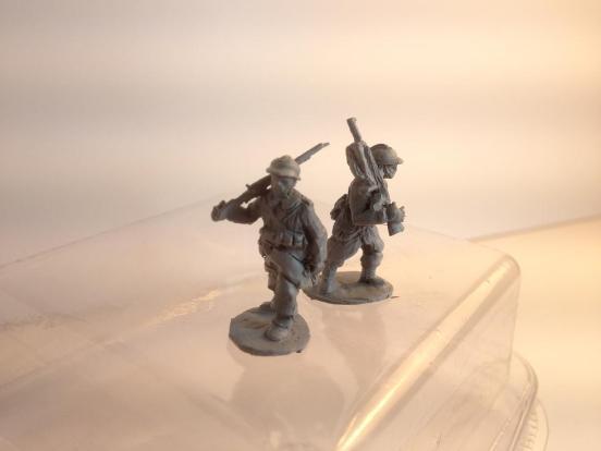 2 men marching carrying chuachat LMG - 1917/18