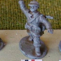 1 x Infantryman - Attacking pose throwing a grenade