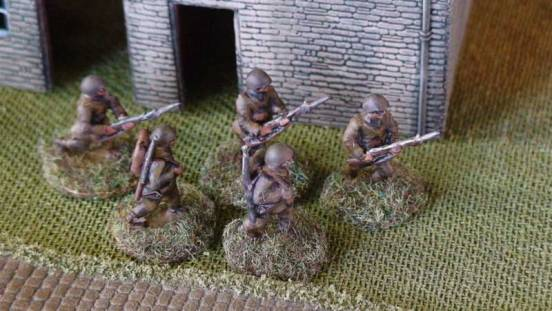 1 x Infantryman - Advancing rifle slung and full pack