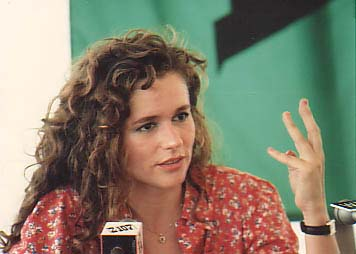 Nicolette Larson talks Neil Young, Eddie Van Halen, and roommate Linda Ronstadt