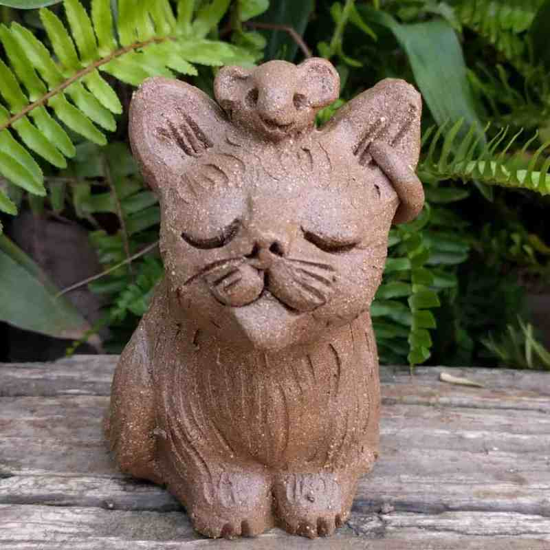 small_sitting_cat_mouse_head_outside_1