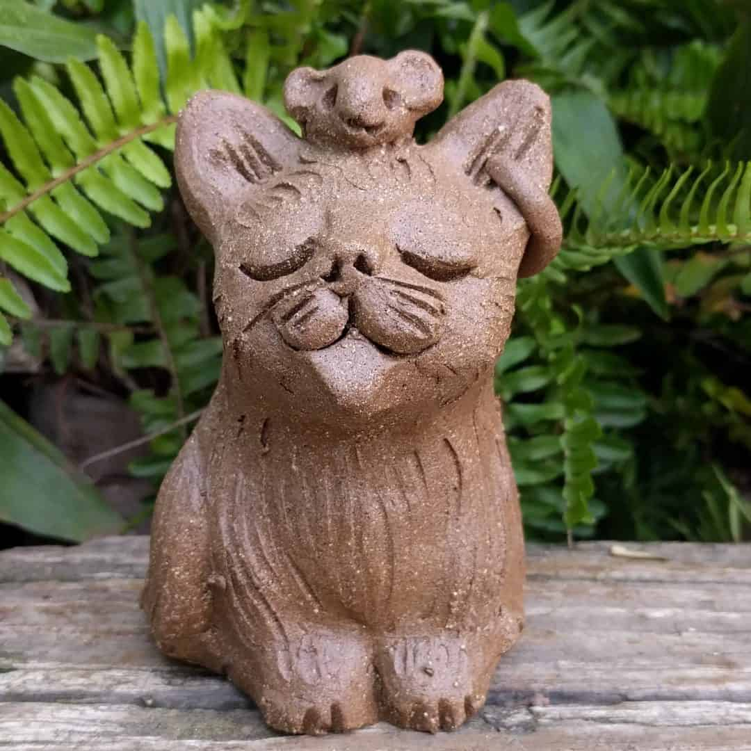 small_sitting_cat_mouse_head_outside_3