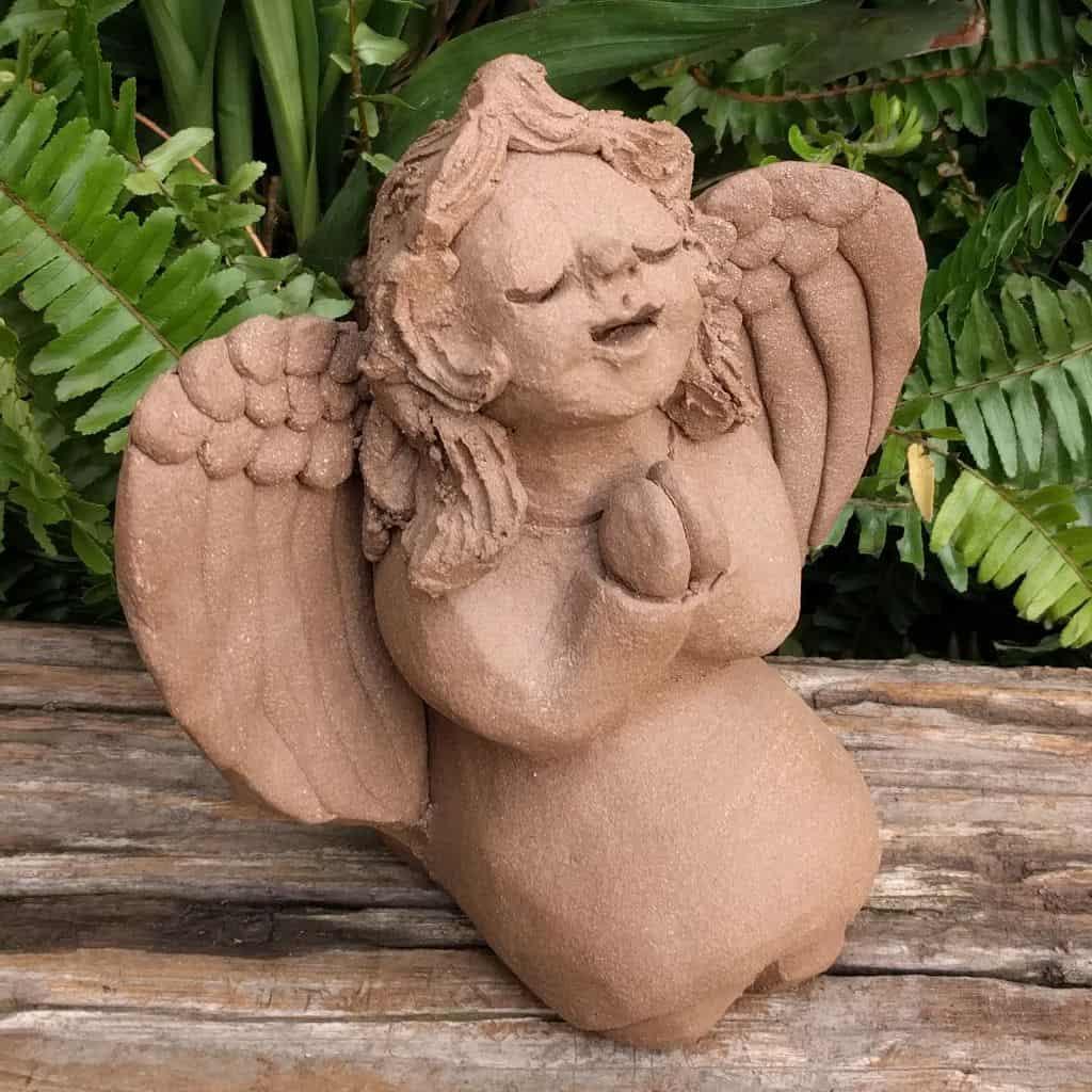 angel_girl_kneeling_small_greenspace_1024.12