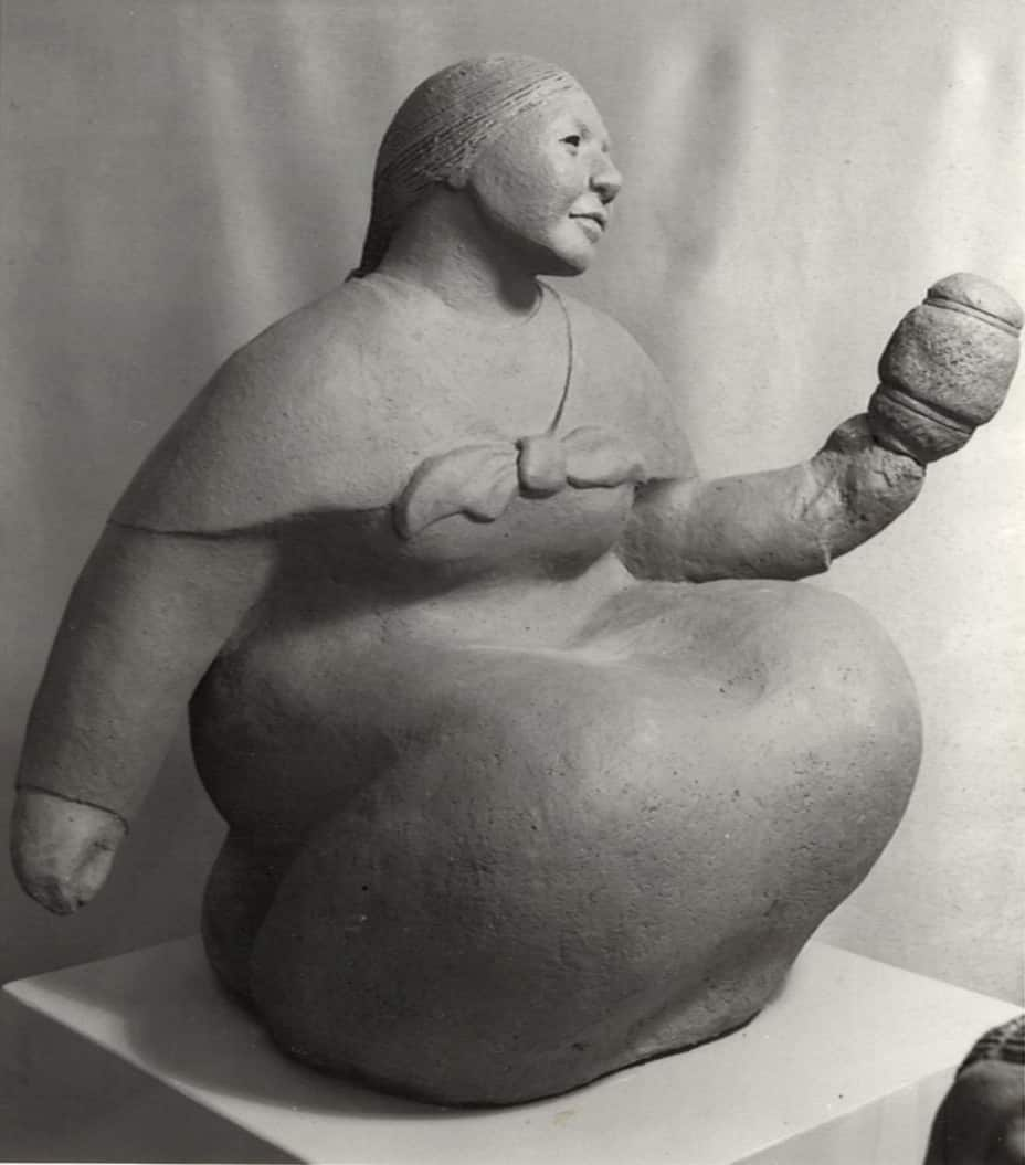 guatemalan-woman-holding-something-2-margaret-hudson-scultpure