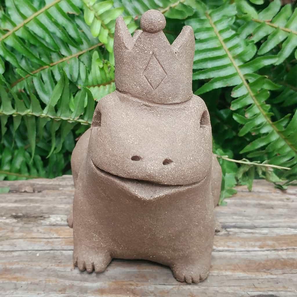 clay-frog-prince-1024px-garden-figurine-by-margaret-hudson-earth-arts-studio-0