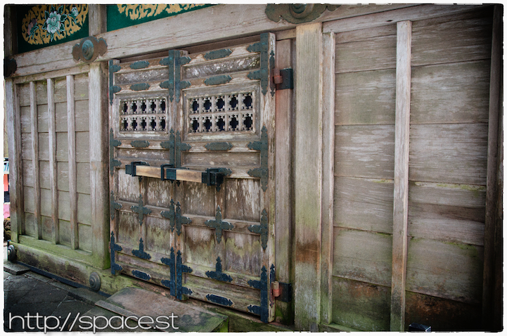 a beautiful door on the side of the horse stable