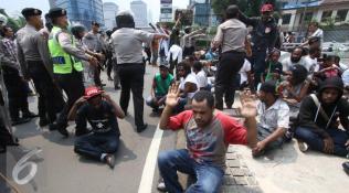 019554300_1448946829-20151201-Mahasiswa-Papua-Bentrok-dengan-Kepolisian-IA3