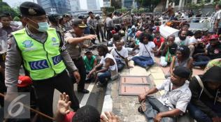 019735500_1448946829-20151201-Mahasiswa-Papua-Bentrok-dengan-Kepolisian-IA4