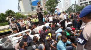 019831700_1448946829-20151201-Mahasiswa-Papua-Bentrok-dengan-Kepolisian-IA5