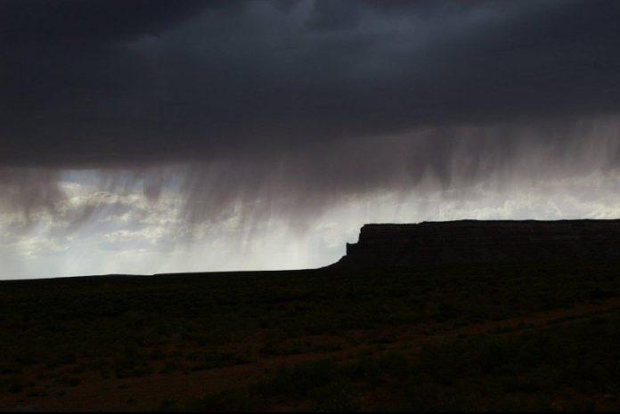 बादलों से लकीरें जो जमीन को नहीं छूती हैं।
