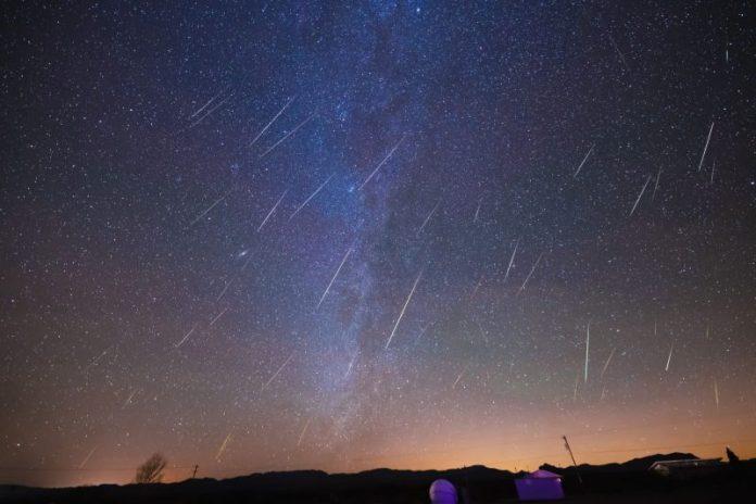 मिल्की वे के फजी बैंड के साथ तारों वाला आकाश और कई छोटे, संकीर्ण उज्ज्वल धारियाँ।