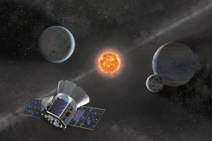 तीन ग्रहों और अंतरिक्ष दूरबीन के साथ चमकदार लाल सितारा।