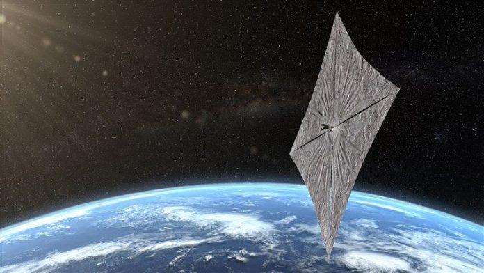 अंतरिक्ष में पृथ्वी के ऊपर चौकोर पन्नी जैसी वस्तु।