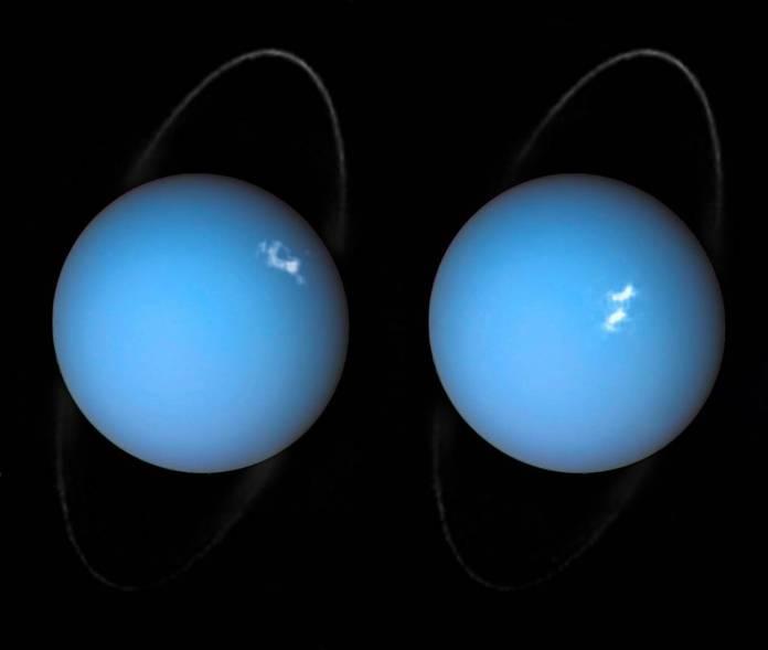 काले रंग की पृष्ठभूमि पर सफेद धब्बे और पतले छल्ले वाले दो नीले ग्रह।