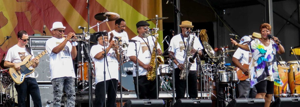 Irma Thomas and the Professionals on stage.