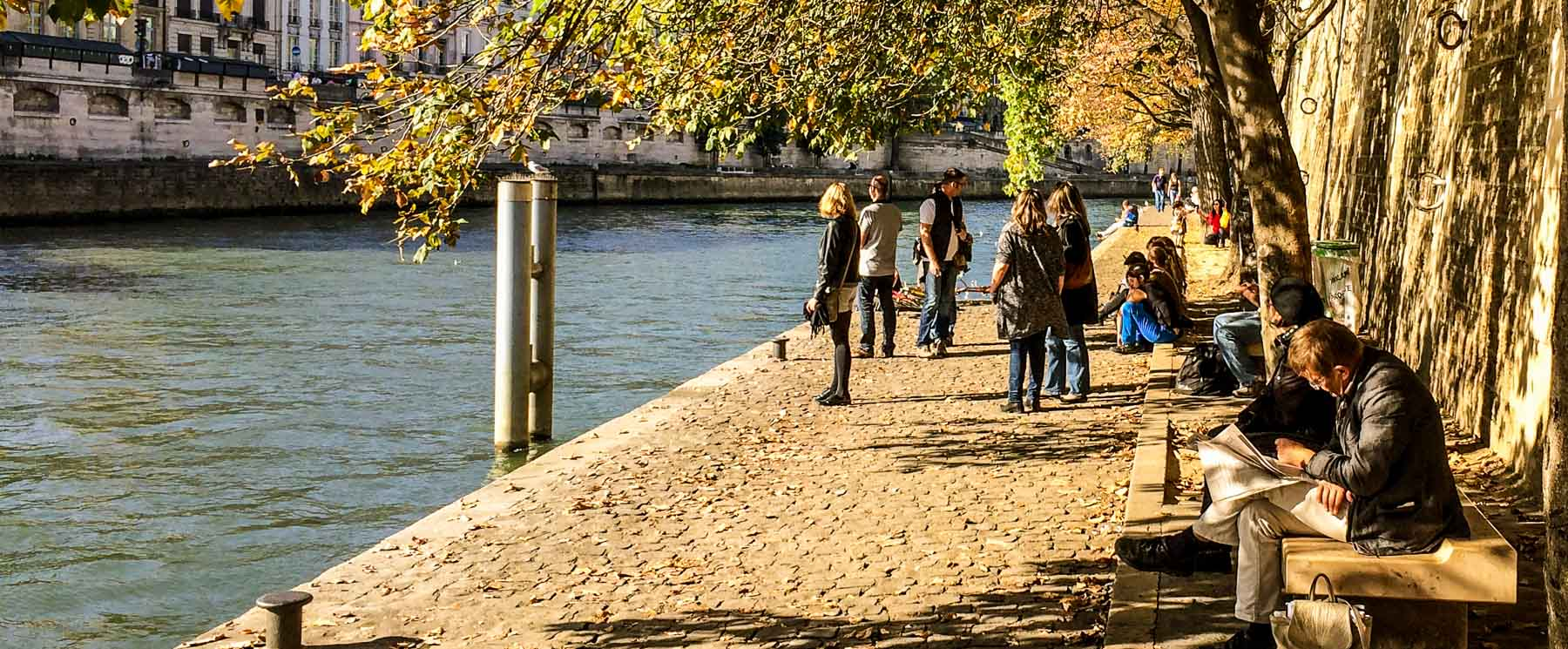 People on the walkway by the Seine.