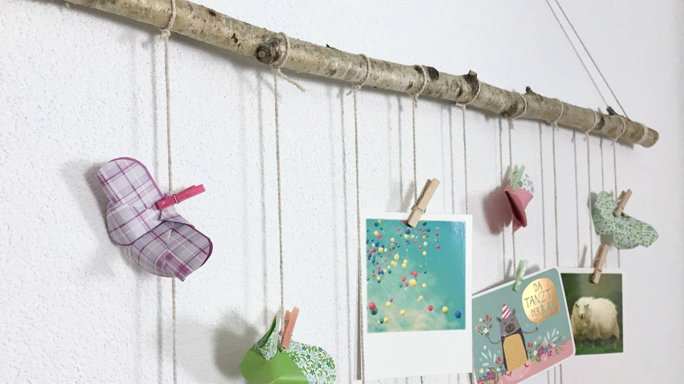 simple DIY idea for hanging up your children's drawings, postcards or love notes #diy #decorations #handmade
