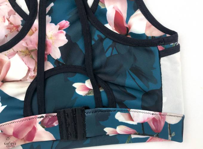 sew yourself a sports bra! You won't regret it. With a few adjustments, sportsbras even work for full-busted people - check out our tips #sewing #sportsbra #handmadebra